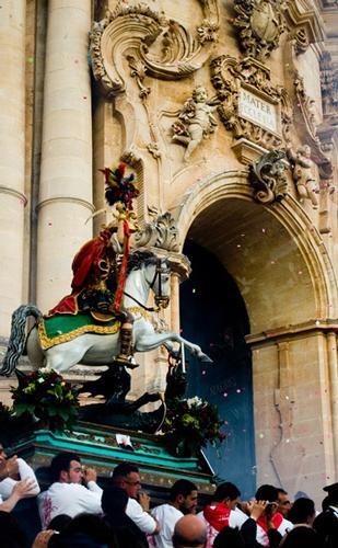 san giorgio esce dalla cattedrale - Modica (3399 clic)