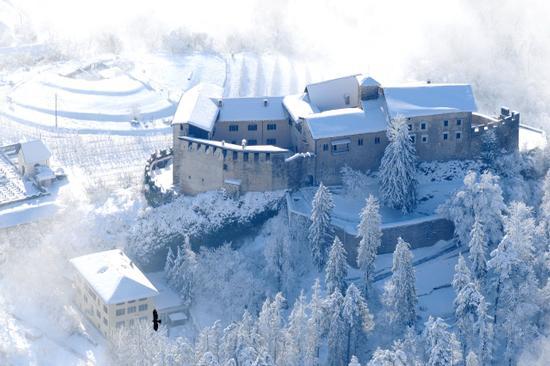 castello di stenico dopo la nevicata (2610 clic)