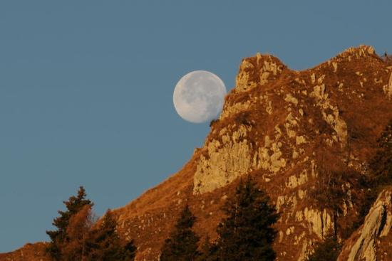 la luna che rotola dalla montagna - San lorenzo in banale (1441 clic)