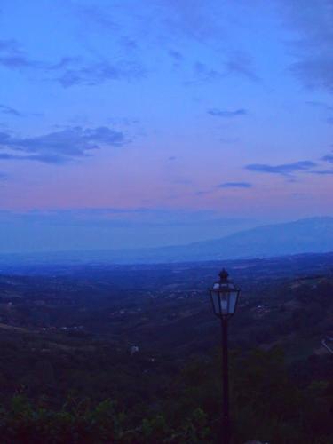 Il lampione spento sulla valle - Villa celiera (922 clic)