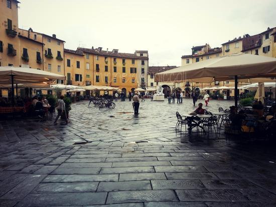 Piazza Anfiteatro... l'inconfondibile - Lucca (1291 clic)