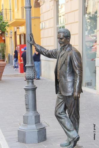 scultura in bronzo, opera di Giuseppe Agnello, omaggio al commissario Montalbano di Andrea Camilleri a Porto Empedocle (Vigata) (3539 clic)