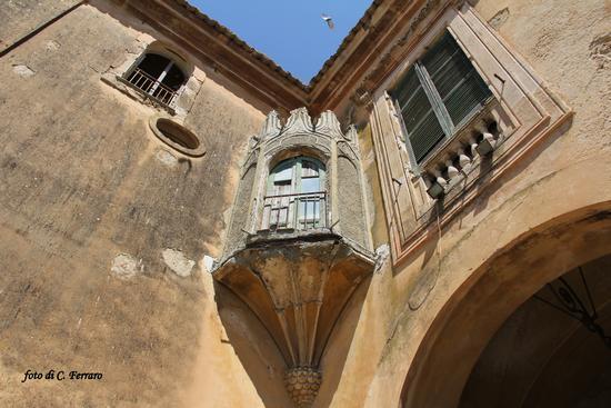 PARTICOLARE DI ANTICO PALAZZO A MAZZARINO (1607 clic)