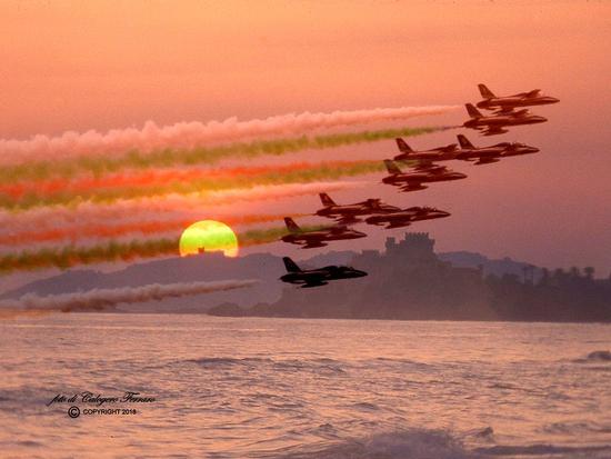 Frecce Tricolore nel tramonto di Falconara di Sicilia. - Marina di butera (84 clic)