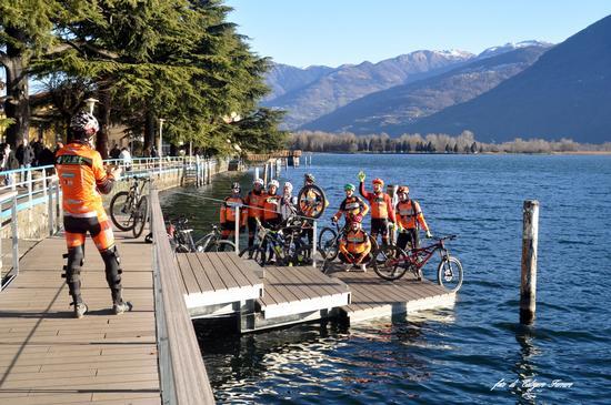 Ciclisti sul lago di Lovere (781 clic)