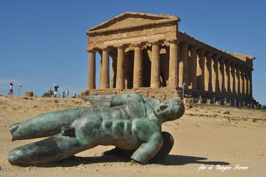 Icarus davanti al tempio della Concordia - Agrigento (885 clic)