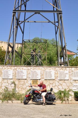 Davanti ai monumenti delle vittime delle miniere - Riesi (645 clic)