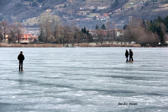 GENTE SUL LAGO GHIACCIATO DI SPINONE (NONOSTANTE IL DIVIETO) - Spinone al lago (3806 clic)
