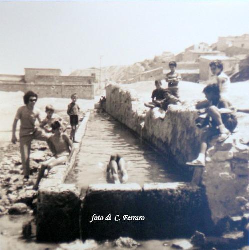 QUARTIERE CANALE, RIPRODUZIONE DI FOTO SCATTATA NEGLI ANNI 70 DA C. Ferraro - Riesi (6093 clic)