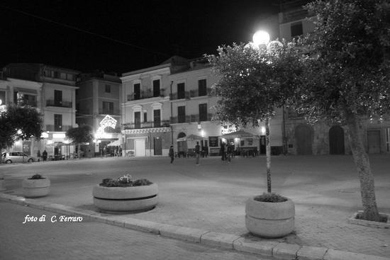 PIAZZA GARIBALDI (di sera)  RIESI (CL) (3676 clic)