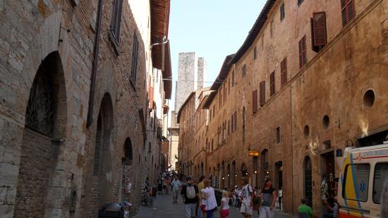 strada principale   interno paese - San gimignano (2454 clic)