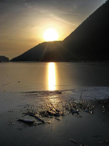 lago ghiacciato 2 - Longone al segrino (1970 clic)