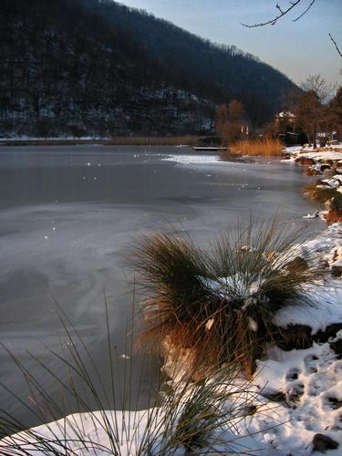 lago ghiacciato 3 - Longone al segrino (1539 clic)