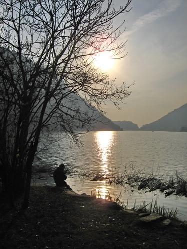 l'uomo che aspetta il tramonto - Longone al segrino (3097 clic)