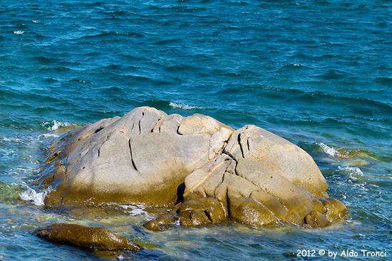 002/25. Golfo di Marinella: Graniti plasmati dal tempo, ovvero ... quando la natura si diverte - Porto rotondo (1440 clic)