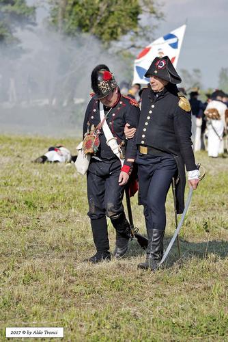 041/66. Un ferito napoleonico sorretto da un suo ufficiale  - Valvasone (310 clic)
