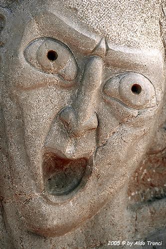 002/31 - Caorle: Sculture su pietra (596 clic)