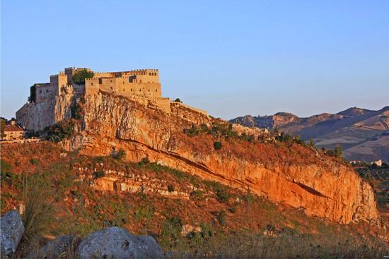 Castello al tramonto in un caldissimo pomeriggio estivo - Caccamo (3262 clic)