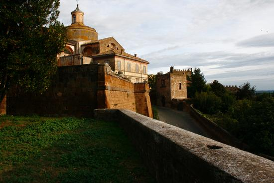 vista panoramica per accedere in via sette cannelle - Tuscania (2324 clic)