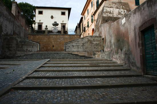 scorcio di via degli archi con in alto la fontana di Largo Belvedere - Tuscania (2435 clic)