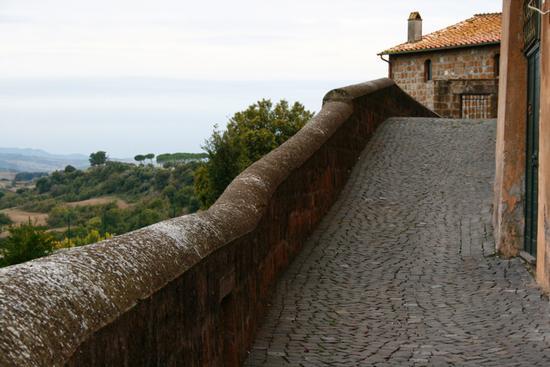 via sottostante il palazzo baronale - Tuscania (1972 clic)
