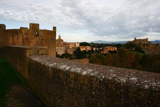 scorcio centro storico visto dal parco Torre di Lavello - tuscania  (2170 clic)