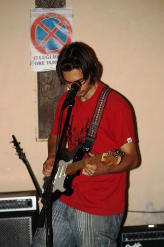 largo D.Cotugno....Marco Berardi alla chitarra - Ruvo di puglia (1417 clic)
