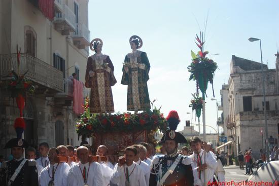 Processione dei Santi Medici Cosma e Damiano...domenica 2 settembre 2011....centenario della beatificazione - Ruvo di puglia (1670 clic)