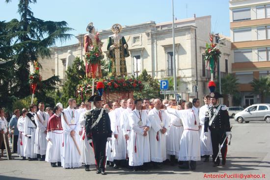 Processione dei Santi Medici Cosma e Damiano...domenica 2 settembre 2011....centenario della beatificazione - Ruvo di puglia (1243 clic)