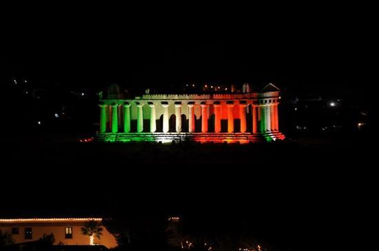 Tempio della concordia illuminato tricolore (2775 clic)