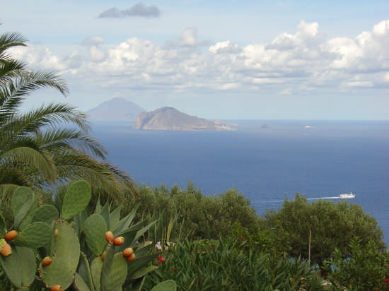Le isole di Panarea e Stromboli sullo sfondo. - Lipari (4904 clic)