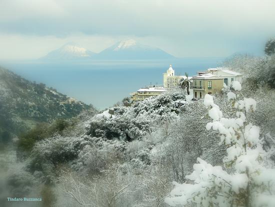 Neve a Gioiosa Marea, sullo sfondo Salina imbiancata (8804 clic)