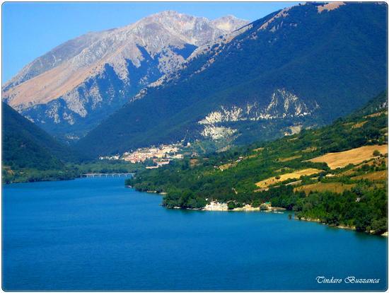 Lago Barrea, sullo sfondo Villetta Barrea e Civitella Alfedena - Parco nazionale d'abruzzo (2521 clic)
