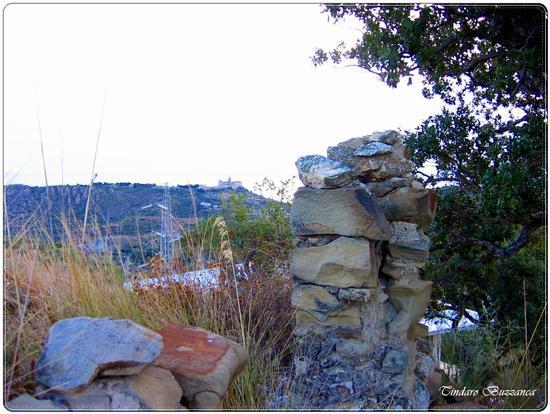 Sullo sfondo Il Santuario - Tindari (2225 clic)