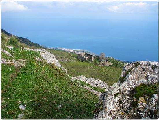 Rocce e ruderi di Gioiosa Guardia, sullo sfondo S Giorgio - Gioiosa marea (2214 clic)