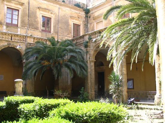 Chiostro del convento di S. Francesco, adesso sede del Comune - Naro 25-04-07 (3533 clic)