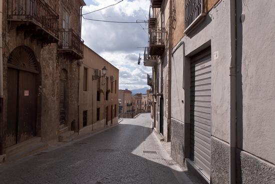 La strada vuota ...  per un momento - Caccamo (2131 clic)