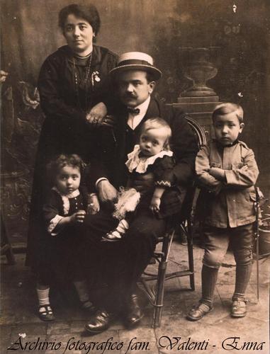 Famiglia Valenti Nino - anno 1917 - Leonforte (4453 clic)