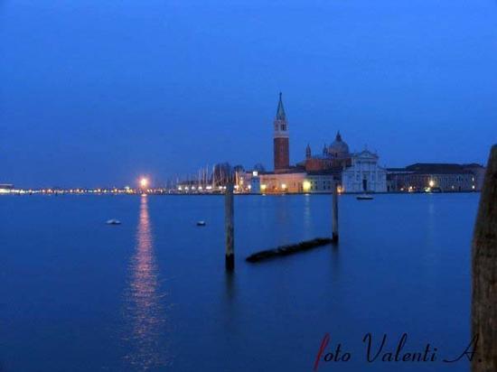 Venezia, isola S Giorgio, Magia di luci (2001 clic)
