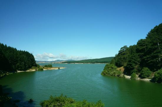 Lago, vegetazione e cielo in armonia - Camigliatello silano (2517 clic)