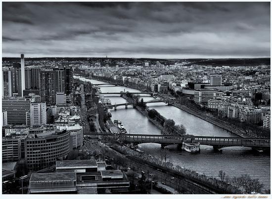 Parigi..uno sguardo sulla Senna... (657 clic)