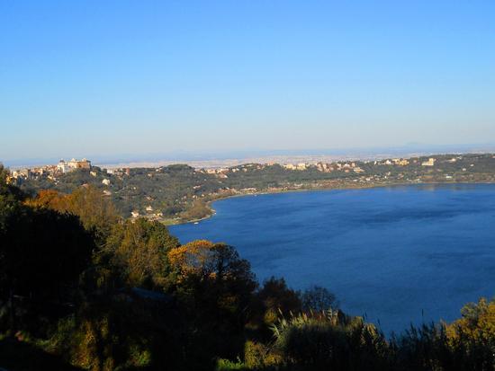 Lago di Albano con Castel Gandolfo e sullo sfondo Roma - Albano laziale (898 clic)