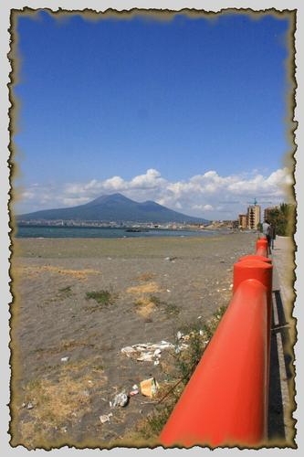 Vesuvio e ringhiera - Castellammare di stabia (2359 clic)