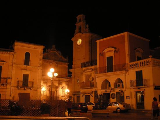 Massafra Piazza Garibaldi e Torre dell'orologio (4029 clic)