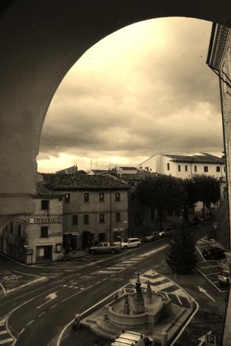 San Costanzo: vista sulla piazza (1870 clic)