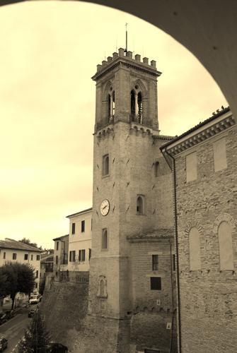 San Costanzo: vista sulla piazza (1674 clic)