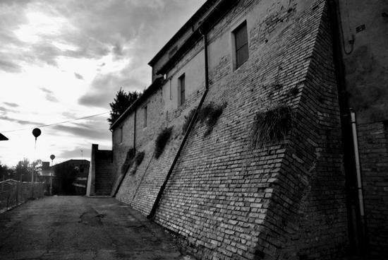 Cerasa di San Costanzo-PU mura del castello medioevale (1270 clic)
