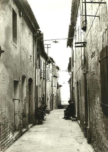 Cerasa-San Costanzo: il vicolo (1954 clic)