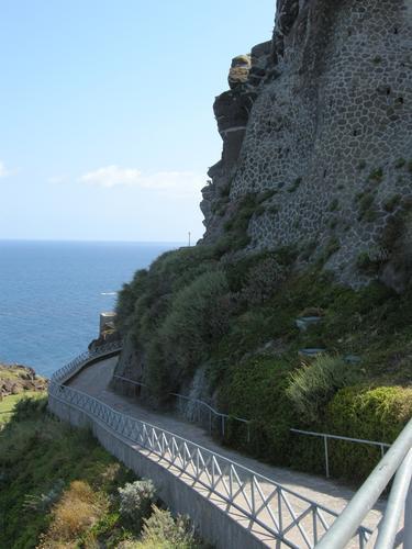 Camminatoio sotto le mura del castello - CASTELSARDO - inserita il 01-Feb-11