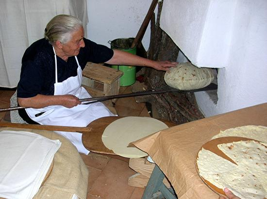Autunno in Barbagia - La cottura del pane carasau -  - inserita il 01-Feb-11